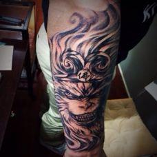 手臂上黑色霸气斗战胜佛纹身图案