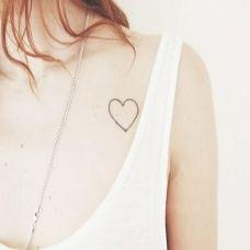 气质简雅胸部纹身