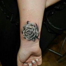 艺术玫瑰手臂纹身