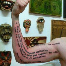 肌肉男手臂拉丁文刺青图案