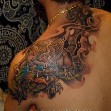 纹身男肩部貔貅彩绘艺术刺青图案