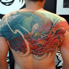 男子满背凤凰彩绘纹身图案