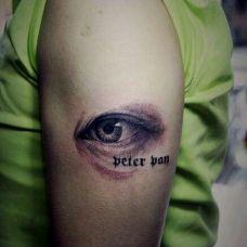 手臂上仿真3D眼睛纹身图案