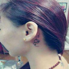 非主流女生耳背小刺青图片
