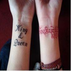 情侣手臂哥特字母纹身