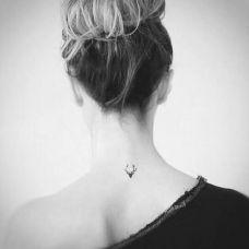 唯美小清新颈部优雅纹身