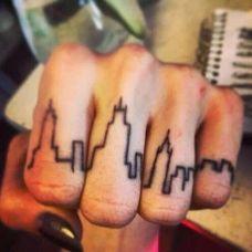 手指上的个性纹身