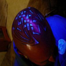 男人头部潮流艺术夜光纹身图片
