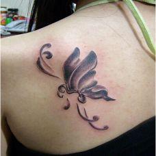 背部优雅的蝴蝶纹身图案