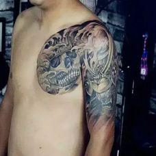 男子肩部个性半甲骷髅纹身图案