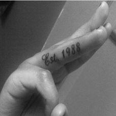 简约时尚的黑白英文字母纹身图案