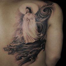 背部另类黑色艺术骑龙观音纹身图片