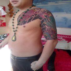男子肩部半甲鲤鱼纹身