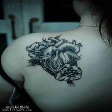 肩部玫瑰花心脏个性纹身图案