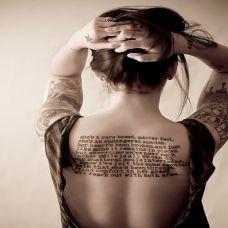 背部个性英文字母纹身
