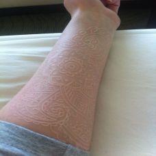 手臂时尚潮流鸽子血简易花纹身图案