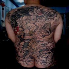 男人满背夜叉骑鱼纹身图案