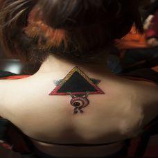 艺术气质颈部纹身