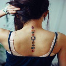美女背部钻石彩绘纹身图案