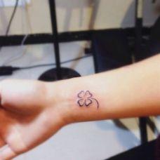手腕唯美四叶草纹身