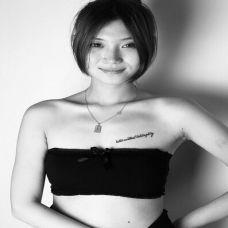 美女黑白英文纹身