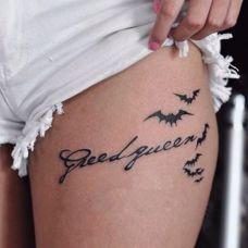 女生大腿黑色英文小巧纹身图案