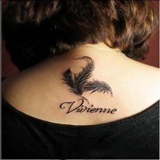 背部羽毛刺青纹身 轻轻点落在心间