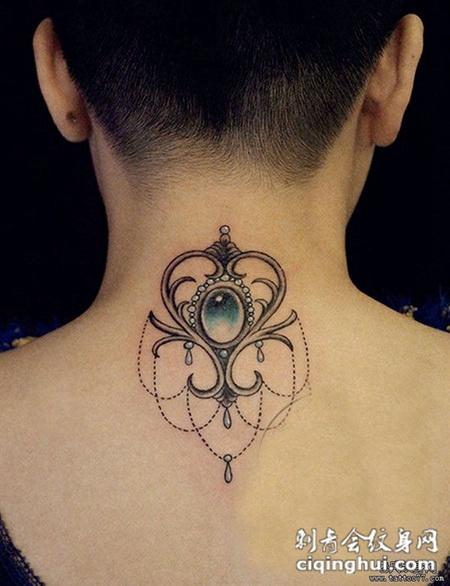 信仰十字架颈部纹身