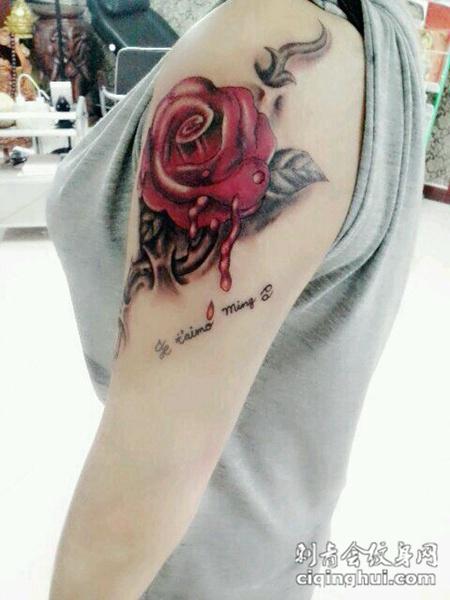 女孩手臂个性玫瑰花滴血纹身图案