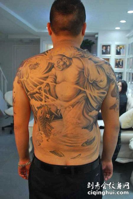 男性满背弥勒佛与鲤鱼经典纹身图案