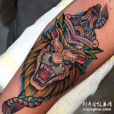 Old School小臂狮子匕首纹身图案