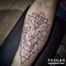 几何小臂狮子纹身图案