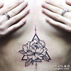 点刺胸下花卉纹身图案