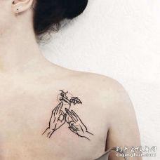 线条锁骨手纹身图案