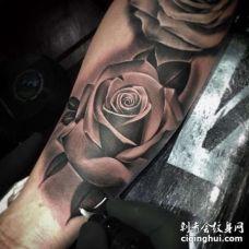 写实小臂玫瑰纹身图案
