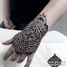 点刺几何手背繁花纹身图案