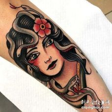 Old School小臂女人蛇纹身图案