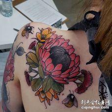 New School后背花卉蜜蜂纹身图案