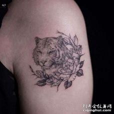 小清新大臂老虎花卉纹身图案