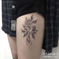 大腿玫瑰手纹身图案