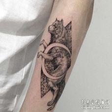 点线小臂狼纹身图案