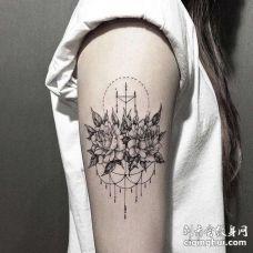 点线大臂玫瑰纹身图案