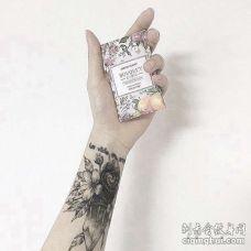小臂宝石花卉纹身图案