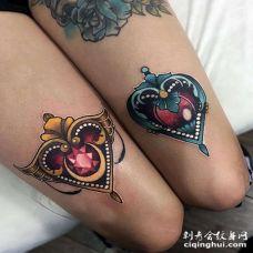 New School大腿宝石心纹身图案