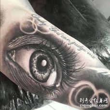 写实大臂眼睛纹身图案
