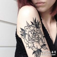线条大臂花卉纹身图案