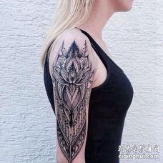 大臂几何点刺繁花纹身图案