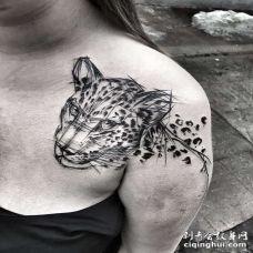线条锁骨豹子纹身图案