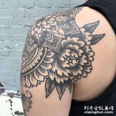 线条后背牡丹纹身图案