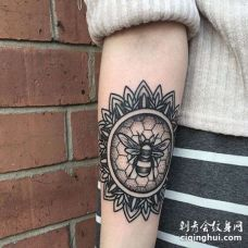 Old School小臂蜜蜂纹身图案